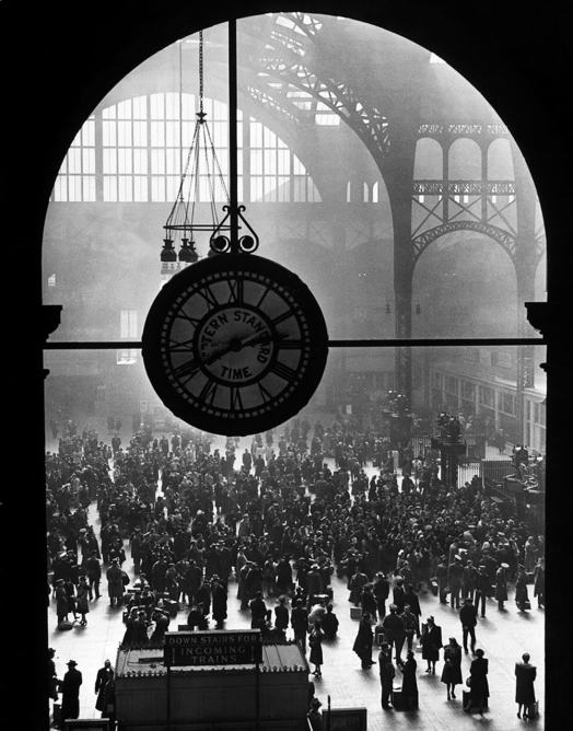 Farewell of Servicemen, Clock at Pennsylvania Station, by Alfred Eisenstaedt, 1943