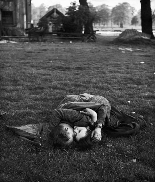 American Soldier with English Girlfriend in Hyde Park, by Ralph Morse, 1944